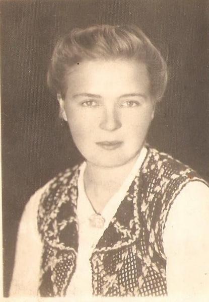 Urodziłam się 10 czerwca 1921r w Zimnowodzie, w rodzinie prowadzącej duże gospodarstwo rolne. Mój ojciec Maciej Dmowski był osobą zaradną, ale schorowaną, ... - 1